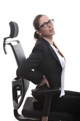 Frau im Bürostuhl mit Rückenschmerzen