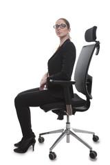 Frau im Bürostuhl aufrecht sitzend