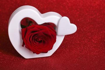 weisse herzen mit roter rose