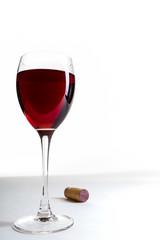 Rotweinglas und Korken