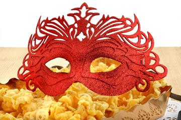 dolci di carnevale con mascherina rossa