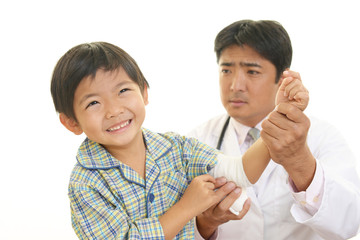 心配する医者と男の子