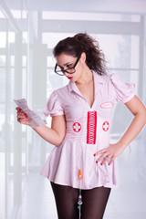 Krankkenschwester beim lesen vom Beipackzettel