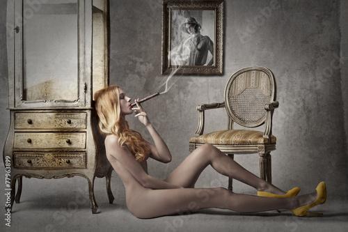 Zdjęcia na płótnie, fototapety na wymiar, obrazy na ścianę : Naked lady smocking a cigar