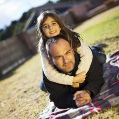 Padre con hija subida sobre su espalda