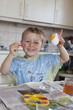 Junge beim Eier bemalen zu Ostern