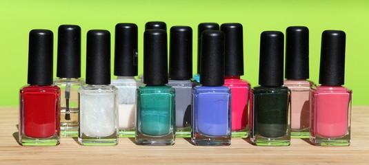 Smalto per unghie di vari colori