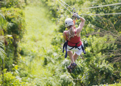 Canvas Luchtsport Woman going on a jungle zipline adventure