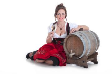 Junge Frau mit einem Glas Weißwein und Wein Fass