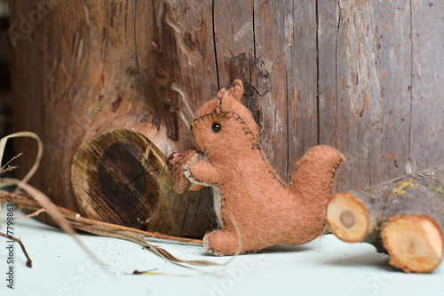 In de dag Eekhoorn Squirrel eating nuts in a forest, handmade by wool and cotton