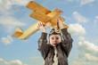 Junge spielt mit einem Flugzeug