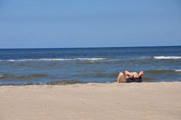 Ein Mann entspannt am Strand