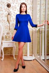 шатенка, синее платье