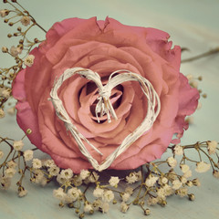 Grußkarte - Rosenblüte mit Herz - nostalgisch