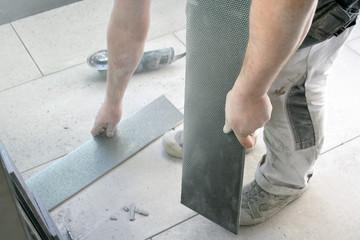 baustelle hände fliesen grau weiß handwerker men at work