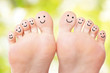 Leinwanddruck Bild - Füße mit lachenden Gesichtern