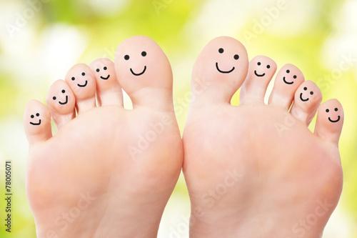 Leinwanddruck Bild Füße mit lachenden Gesichtern