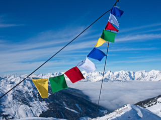 Gebetsfahne vor Gipfelkette