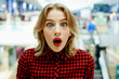Leinwanddruck Bild - Удивленная девушка в магазине