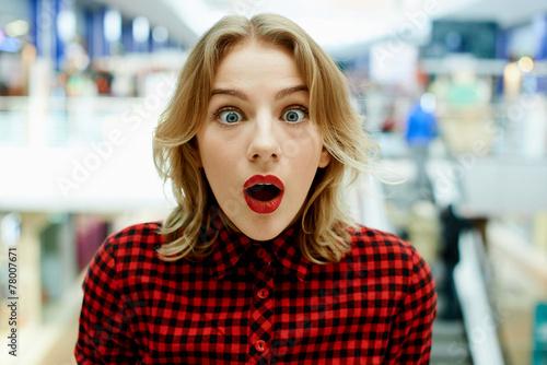 Удивленная девушка в магазине - 78007671