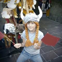 bimba con cappello vichingo