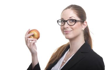 Frau mit Brille hält Apfel in der Hand