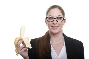 Frau mit Banane in der Hand vor weißem Hintergrund