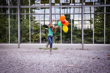 mädchen spielt auf der straße mit luftballong