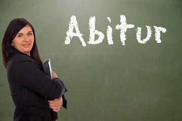 Studentin vor einer Schultafel