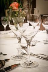 Gastronomie, leere Weingläser auf einem eingedeckten Tisch