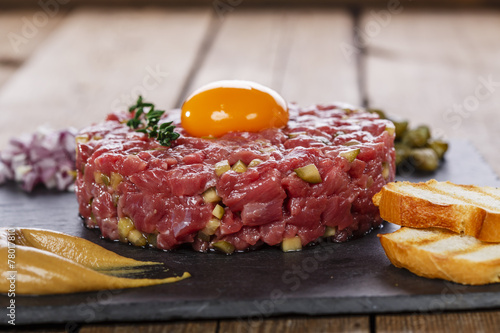 Papiers peints Viande Beef tartare with capers yolk and mustard