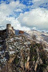 piccola rocca su montagna
