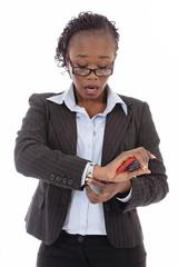 femme d'affaires noire regardant sa montre