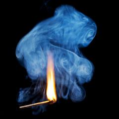 brennendes Streichholz mit Rauch
