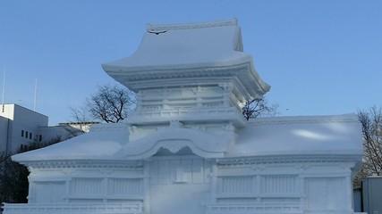 大きな雪像からカラスが飛び立つハイスピード動画_2