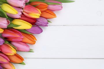 Tulpen Blumen im Frühling oder Muttertag auf Holzbrett