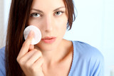 Junge Frau reinigt ihr Gesicht ab
