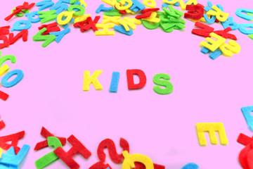 Kids Kinder Buchstaben auf Magenta