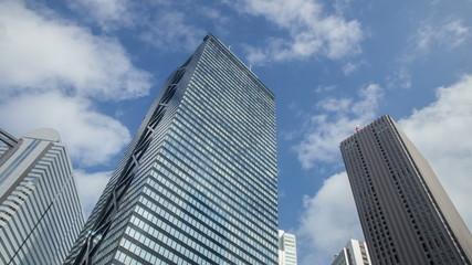 高層ビル群と雲