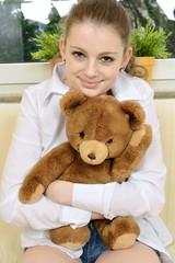 Teen mit Teddy