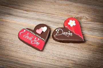 Herzschokolade auf Holzhintergrund