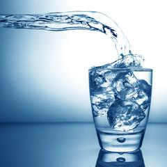bicchiere d'acqua splash azzurro