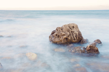 Камень в воде с длинной экспозицией.