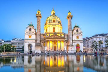 Wiener Karlskirche zur blauen Stunde