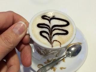 disfrutando un delicioso cafe