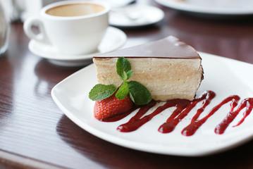 Десерт и кофе на столе
