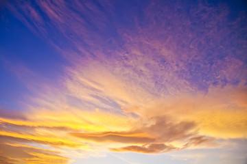cielo con nubes de colores en el amanecer