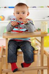 Baby beim Essen von Brei mit Löffel