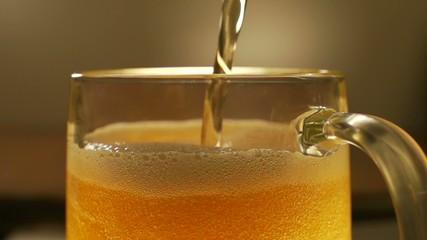 Пиво наполняет бокал