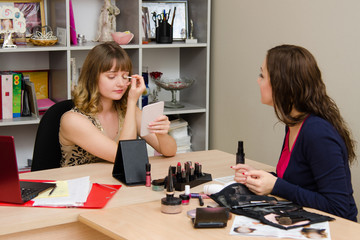 Client consultation on color shadows eyelids